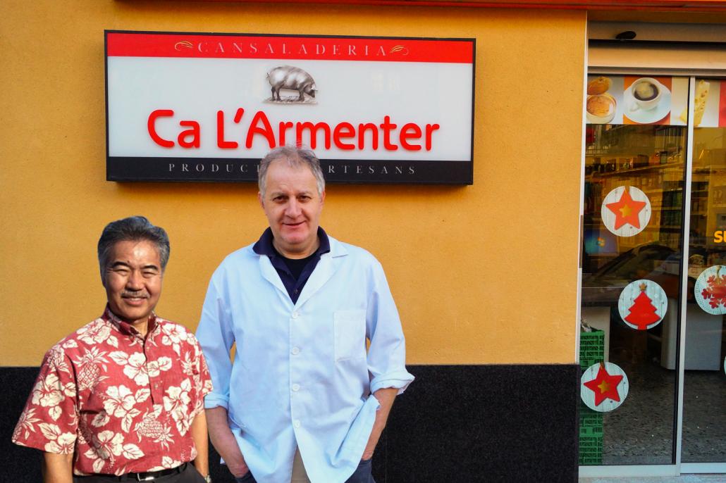 David Ige juntament amb Albert Pujantell davant de Ca l'Armenter